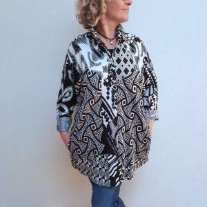 Black white abstract knit shirt